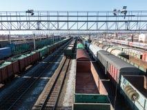 Långa järnväg fraktdrev med massor av vagnar Top beskådar Arkivbild