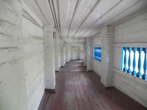 Långa korridorer av Kiev Pechersk Lavra royaltyfria bilder