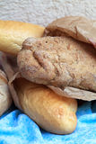 Långa loaves av bröd som göras från vitt mjöl och rågmjöl I Royaltyfria Bilder