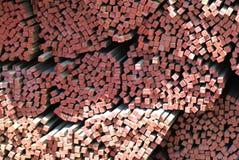 Långa metallstänger av det fyrkantiga tvärsnittet Arkivbilder