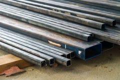 Långa metallstrålar på konstruktionsplatsen Arkivbilder