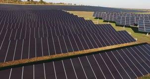 Långa rader av photovoltaic paneler på en sol- lantgård arkivfilmer