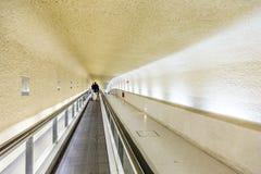 Långa rulltrappor i terminal 1 på flygplatsen Charles de Gaull Arkivbilder