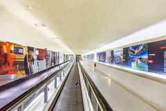 Långa rulltrappor i terminal 1 på flygplatsen Charles de Gaull Royaltyfri Fotografi