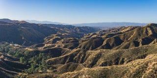 Långa sydliga Kalifornien kullar i skugga Royaltyfria Bilder