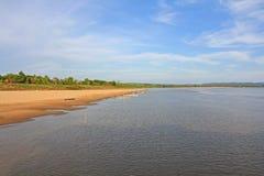 Långa tailed fartyg som förtöjer i aftonen längs Mekong River, packar ihop Fotografering för Bildbyråer