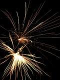 Långa trådar av fyrverkeriljus fyller himlen under 4th Juli Royaltyfria Foton