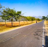 Långa vägar leder ofta till härliga destinationer fotografering för bildbyråer
