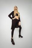 Långbent kvinnamodell Fashion Posing fotografering för bildbyråer