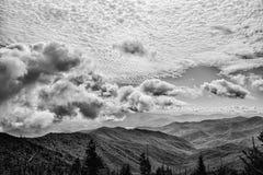 Långdistans- sikt av en rökig bergdal på en molnig dag royaltyfria foton