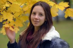 Långhårig brunetttonåring med ett blått omslag arkivfoton