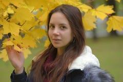 Långhårig brunetttonåring med ett blått omslag royaltyfria bilder