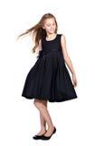 Långhårig flicka i elegant svart klänning Arkivbild