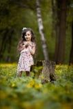 Långhårig flicka med gula blommor Royaltyfri Foto