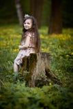 Långhårig flicka med gula blommor Arkivfoton