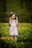 Långhårig flicka med gula blommor Royaltyfria Foton
