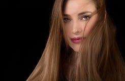 Långhårig härlig kvinna med ovårdad hårstil arkivbild