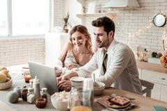 Långhårig stråla nätt kvinna i hem- kläder som ser lycklig arkivfoto