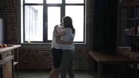 Långsam dans för passionerad parinflyttning i kök stock video