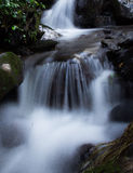 Långsam flödande vattenfall Arkivbilder