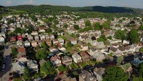 Långsam framåt flyg- sikt av den bostads- grannskapen för liten stad stock video