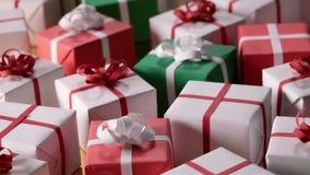 Långsam glidbana över massor av slågna in gåvor lager videofilmer