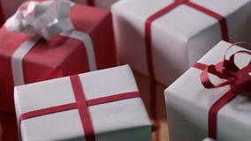Långsam glidbana över massor av slågna in gåvor som är klara för leverans lager videofilmer