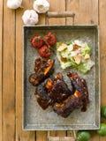 Långsam grillad nötköttkortslutning Rib Barbecue med sås, vitlök, tomatoe Arkivbild