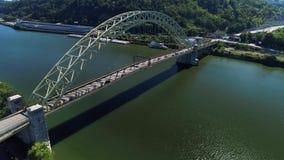 Långsam omvänd antenn som upprättar skottet av bron för västra slut över Ohio River lager videofilmer