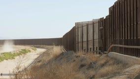 Långsam panna av gränsstaketet Between USA och Mexico arkivfilmer