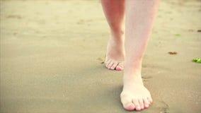 Långsam rörelse av kvinnlig fot som täcker försiktigt vågorna av havet arkivfilmer
