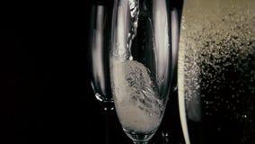 långsam rörelse Champagne hälls in i ett av tre exponeringsglas lager videofilmer