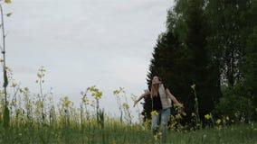 långsam rörelse Den lyckliga gravida kvinnan som upp kastar en grupp av, våldtar blommor stock video