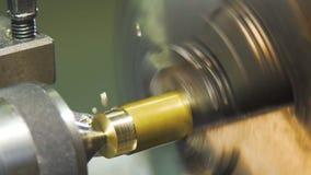långsam rörelse metallworkpiecen bearbetas med maskin av en elektrisk maskin arkivfilmer