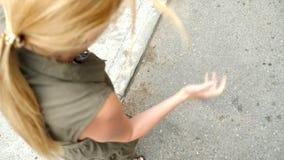 LÅNGSAM RÖRELSE: Smartphonen faller på asfalten på gatan och delar in i delar 4K lager videofilmer