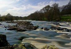 Långsam rinnande flod Royaltyfria Bilder