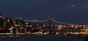 Långsam slutare av East River, den 59th gatabron och stadsljus Fotografering för Bildbyråer