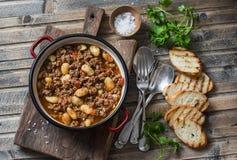Långsam-spis för Cannellini bönanötkött ragu på trätabellen, bästa sikt royaltyfria foton