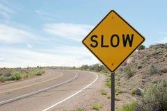 långsam trafik för tecken arkivbild