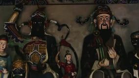 Långsam transport på Buddhastatyer i kinesisk tempel stock video