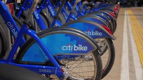 Långsamma Dolly View av raden av Citibikes i Manhattan lager videofilmer