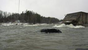 Långsamt flyttningvatten i vintern stock video