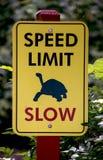 Långsamt hastighetsbegränsningtecken arkivfoto