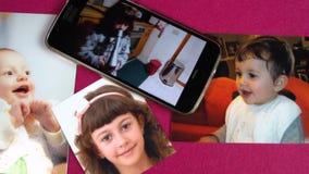 Långsamt panorera av behandla som ett barn, och barnfotostund behandla som ett barn sångarevideoen på mobil FDV arkivfilmer