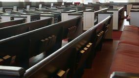 Långsamt skott för kameraflyttning (docka) längs kyrkliga kyrkbänkar lager videofilmer