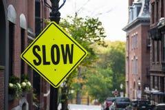 Långsamt trafiktecken för varning Arkivfoto