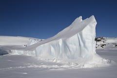 Långsträckt isberg som frysas i antarktisk övinter Royaltyfri Fotografi
