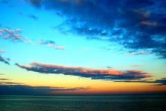 Långsträckt moln i himlen arkivbilder