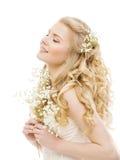 Långt blont hår för kvinna, skönhetmodemodell, flicka på vit royaltyfria bilder