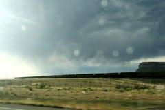 Långt drev som springer i tillståndet av Colorado i regnet T fotografering för bildbyråer